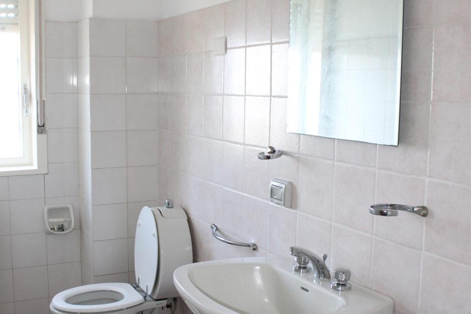 bagno con specchio e lavandino